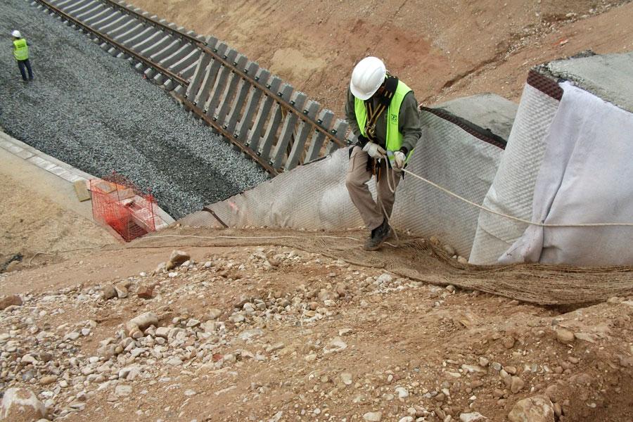 Mallas de yute en las obras del AVE en Alicante